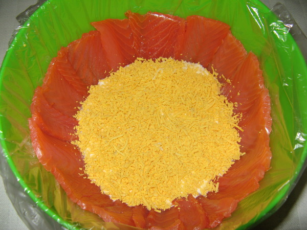 салат рыбацкий с красной рыбой и икрой
